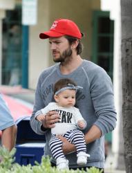 Эштон Кутчер на прогулке с дочерью