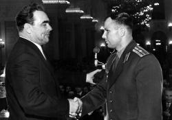 Леонид Брежнев вручает майору Юрию Гагарину орден Ленина и Звезду Героя Советского Союза