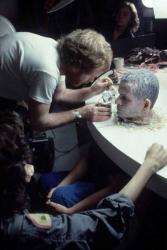 """Ридли Скотт наносит сгущенное молоко на лицо Иэна Холма на съемках """"Чужого"""", 1979 год"""
