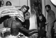 """Ганс Рудольф Гигер и Ридли Скотт во время демонстрации одной из моделей чужого для фильма """"Чужой"""", 1979 год"""
