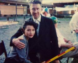"""Джоан Чэнь и Дэвид Линч на съемках сериала """"Твин Пикс"""", 1990 год"""