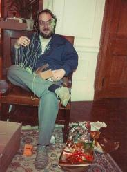 Стэнли Кубрик открывает подарки на Рождество, 1983 год