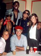 Рэнди Джексон, Мэджик Джонсон, Майкл Джексон, Марго Киддер, Татум О'Нил и Дэн Эйкройд, 1982 год