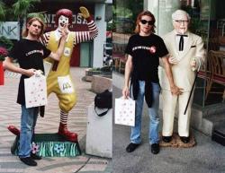 Курт Кобейн с Рональдом Макдональдом и Полковником Сандерсом, Сингапур, 1992 год