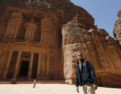 Барак Обама фотографируется во время пешеходной экскурсии по городу Петра, Иордания