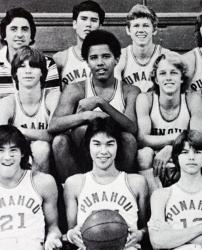Барак Обама с баскетбольной командой школы Пунахоу, 1977 год