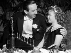 """Ширли Темпл вручает Уолту Диснею почетную премию Оскар за """"Белоснежку и семь гномов"""", 1939 год"""