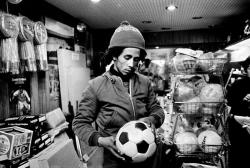 Боб Марли выбирает футбольный мяч в спортивном магазине, 1974 год