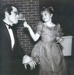 """Стивен Кинг и Дрю Берримор на премьере фильма """"Порождающая огонь"""", 1984 год"""