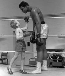 Мухаммед Али с 6-летним Патриком Пауэром во время своей тренировки перед титульным поединком против Генри Купера, 1963 год
