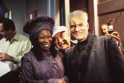 """Вупи Голдберг, оператор Джон А. Алонсо и Малкольм Макдауэлл на съемках фильма """"Звездный путь 7: Поколения"""", 1994 год"""