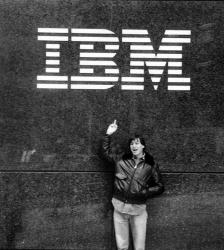 Стив Джобс возле здания компании IBM, 1983 год