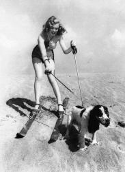Мэрилин Монро в лыжах на пляже со своей собакой Раффлзом, 1947 год