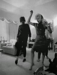 Мэрилин Монро учит Патрисию Кеннеди Лоуфорд танцевать свинг, 1962 год