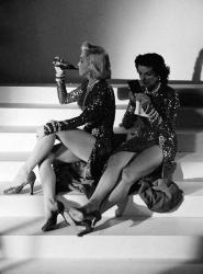 """Мэрилин Монро и Джейн Расселл во время перерыва на съемках фильма """"Джентльмены предпочитают блондинок"""", 1952 год"""