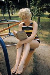 """Мэрилин Монро на детской площадке читает роман Джеймса Джойса """"Улисс"""", 1955 год"""