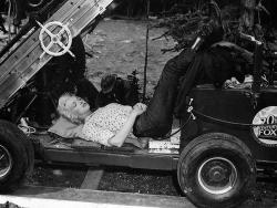"""Мэрилин Монро во время перерыва на съемках фильма """"Река не течет вспять"""", 1953 год"""