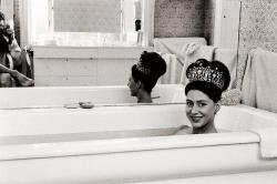 Принцесса Маргарет принимает ванну в своей свадебной тиаре, 1962 год