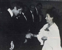 """Принцесса Маргарет приветствует Харрисона Форда на премьере картины """"Звездные войны: Эпизод 5 – Империя наносит ответный удар"""" в Лондоне, 1980 год"""