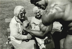 Арни показывает бицепс бабушкам