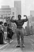 Арнольд Шварценеггер демонстрирует свой торс на одной из улиц Мельбурна, 1974 год