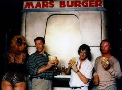 """Арнольд Шварценеггер и Пол Верховен поедают """"марсианский"""" бургер на съемках фильма """"Вспомнить все"""", 1989 год"""