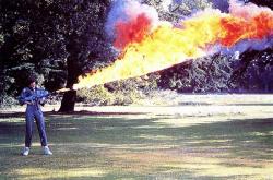 """Сигурни Уивер тестирует огнемет во время съемок фильма """"Чужой"""", 1978 год"""