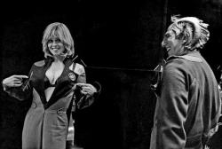 """Сигурни Уивер и Алан Рикман на съемках фильма """"В поисках галактики"""", 1999 год"""