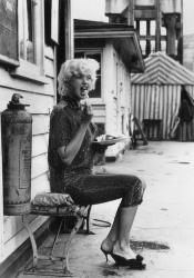 """Джейн Мэнсфилд обедает во время перерыва на съемках фильма """"Слишком горячая рукоятка"""", 1959 год"""