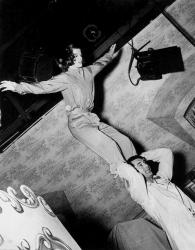 """Кэтрин Хепберн и Кэри Грант репетируют сцену сальто на съемках фильма """"Праздник"""", 1938 год"""