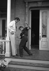"""Рок Хадсон и Джеймс Дин репетируют драку на съемках фильма """"Гигант"""", 1956 год"""