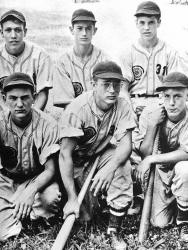 Джеймс Дин со своими товарищами по бейсбольной команде, 1948 год