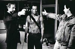 "Алан Рикман и Брюс Уиллис на съемках фильма ""Крепкий орешек"", 1987 год"