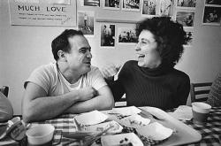 """Денни де Вито и его жена Реа Перлман во время перерыва на съемках фильма """"Пролетая над гнездом кукушки"""", 1975 года"""