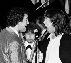 Боб Дилан смотрит на выступление Брюса Спрингстина и Мика Джаггера на третей ежегодной церемонии включения в Зал славы рок-н-ролла, 1988 год
