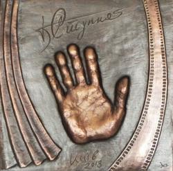 Мемориальная доска с отпечатком ладони Богдана Ступки