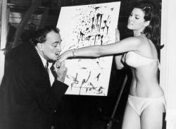 Сальвадор Дали целует руку Ракель Уэлч после окончания рисования ее портрета, 1965 год