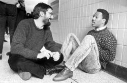 """Режиссер Джон Лэндис и Эдди Мерфи на съемках фильма """"Поездка в Америку"""", 1987 год"""
