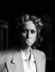 """Мерил Стрип жует жевательную резинку во время съемок фильма """"Выбор Софи"""", 1982 год"""