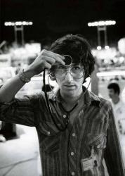 """Стивен Спилберг со стетоскопом на съемках фильма """"Близкие контакты третьей степени"""", 1977 год"""