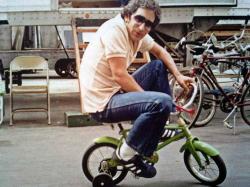 """Стивен Спилберг катается на детском велосипеде по павильону MGM во время съемок фильма """"Полтергейст"""", 1981 год"""