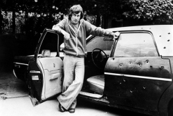 """Стивен Спилберг возле машины с картины """"Шугарлендский экспресс"""", 1973 год"""