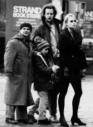 """Джо Пеши, Маколей Калкин, Дэниел Стерн и Ли Циммерман на съемках фильма """"Один дома 2"""" в Нью-Йорке, 1991 год"""
