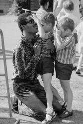 Стиви Уандер во время посещения детской школы для слепых в Лондоне, 1970 год
