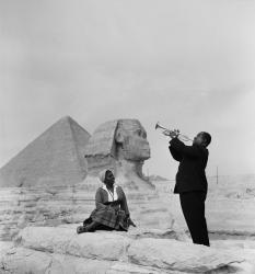 Луи Армстронг играет для совей жены в Гизе, Египет