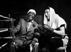 "Луи Армстронг и Пол Ньюман на съемках фильма ""Кто-то там наверху любит меня"", 1955 год"