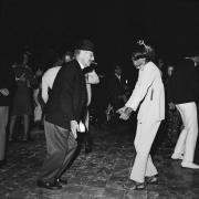 75-летний Граучо Маркс танцует с 22-летней Дайаной Росс на вечеринке в Бел-Эйр, 1966 год