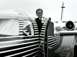 """Пьер Карден на борту своего реактивного самолета """"West Wind"""", дизайн которого он сам разработал, 1978 год"""