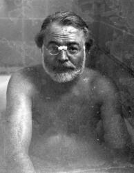 Хемингуэй принимает ванну, апрель 1949 года