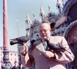Эрнест Хемингуэй кормит голубей (Венеция, 1954 год)
